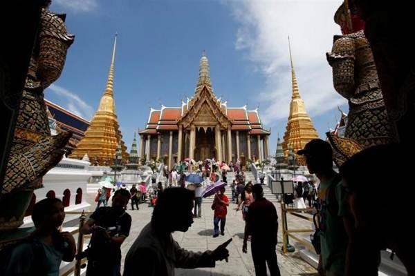 Wisatawan di Bangkok, Thailand - REUTERS/Erik De Castro