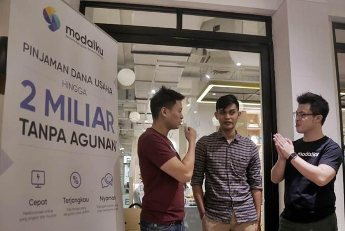 Co Founder dan CEO Modalku Reynold Wijaya (dari kiri) berbincang dengan pelaku UMKM dan peminjam Modalku Muhamad Khoiruddin dan Co Founder dan COO Modalku Iwan Kurniawan di sela-sela media gathering di Jakarta Rabu (3/7/2019). - Bisnis/Felix Jody Kinarwan