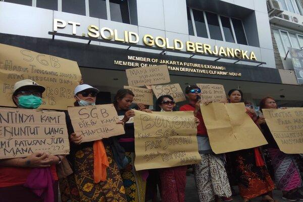 Sebanyak 101 orang nasabah PT Solid Gold Berjangka (SGB) Perwakilan Bali, ramai-ramai mendatangi PT SGB di kompleks Pertokoan Jalan Merdeka VI Nomor 17/18 Renon, Kecamatan Denpasar Timur, Selasa (17/12/2019). Mereka mendesak perusahaan tersebut untuk maksud meminta perusahaan tersebut mengembalikan dana yang telah diinvestasikan. - Ist