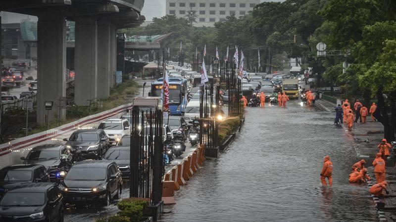 Kendaraan melintas di samping genangan banjir di Jalan HR Rasuna Said, Kuningan, Jakarta, Selasa (17/12/2019). - Antara