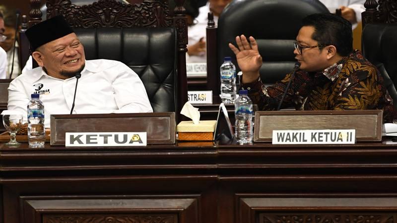 Ketua Dewan Perwakilan Daerah (DPD) La Nyalla Mattalitti (kiri) berbincang dengan Wakil Ketua Mahyudin disela sidang paripurna di kompleks Parlemen, Jakarta, Senin (7/10/2019). Rapat paripurna tersebut membahas penetapan alat kelengkapan DPD dan pengesahan keanggotaan alat kelengkapan. - Antara