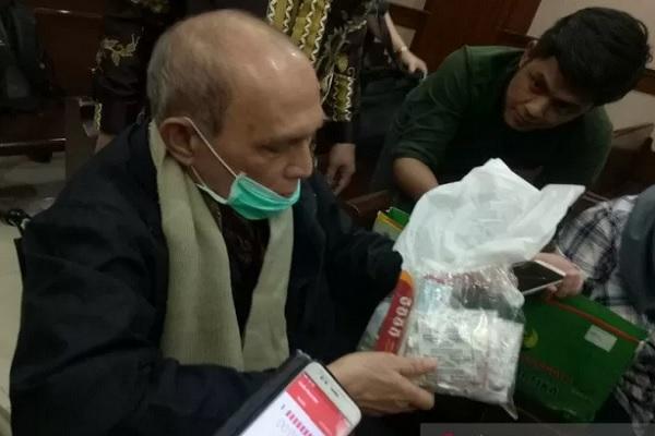 Mayjen (Purn) TNI Kivlan Zen menunjukan obat- obatnya kepada wartawan sebelum sidang eksepsi di Pengadilan Negeri Jakarta Pusat, Rabu (18/12/2019). - Antara