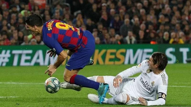 Bek Real Madrid (kanan) mengganjal penyerang Barcelona Luis Suarez dalam laga El Clasico yang berakhir tanpa gol. - Reuters/Albert Gea