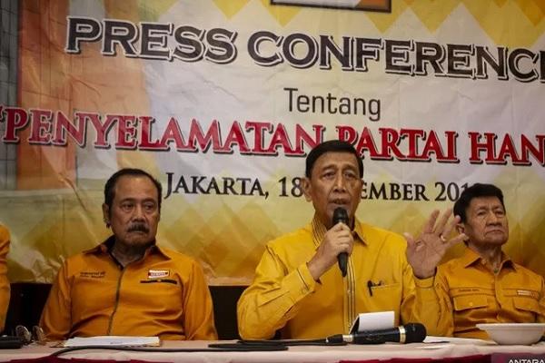 Ketua Dewan Pembina Partai Hanura Wiranto (tengah) didampingi Ketua Dewan Penasihat Subagyo HS (kiri) dan Ketua Dewan Kehormatan Chairuddin Ismail (kanan) saat menyampaikan keterangan pers di Jakarta, Rabu (18/12/2019). - Antara