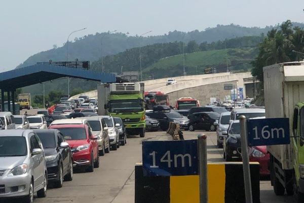 Anteran kendaraan di Pelabuhan Bakauheni yang akan menyeberang ke Pelabuhan Merak, Sabtu (8/6/2019). ASDP menyebut pemudik masih belum banyak yang kembali ke Pulau Jawa pada H2 Lebaran ini. - Bisnis/Istimewa