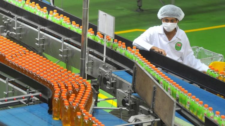 Seorang pekerja melakukan proses produksi minuman kemasan Nu Green Tea Royal Jasmine di pabrik PT ABC President Indonesia, Karawang, Jawa Barat, Rabu (16/4/2014). - ANTARA FOTO/Wahyu Putro A