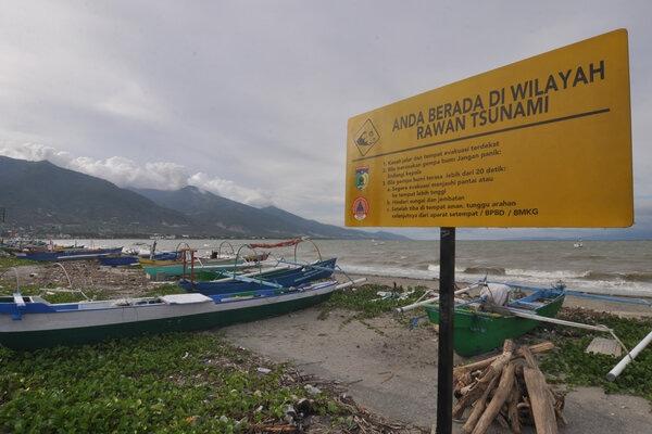 Sebuah rambu berisikan pemberitahuan daerah rawan tsunami serta langkah yang perlu dilakukan bila terjadinya gempa dan tsunami terpasang di Kawasan Pantai Teluk Palu di Palu, Sulawesi Tengah, Minggu (15/12/2019). Pemasangan rambu di sepanjang kawasan Pantai Teluk Palu itu guna memperkuat sistem mitigasi bencana terutama bagi masyarakat yang beraktivitas di kawasan pantai. - Antara/Mohamad Hamzah