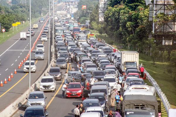 Sejumlah kendaraan memadati jalur Puncak, Bogor, Jawa Barat, Sabtu (21/12/2019). Memasuki libur Natal dan Tahun Baru 2020 wisatawan mulai memadati jalur Puncak Bogor. Polres Bogor memberlakukan rekayasa lalu lintas sistem buka tutup serta contraflow di Tol Jagorawi untuk mengurai kemacetan. - ANTARA FOTO/Yulius Satria Wijaya