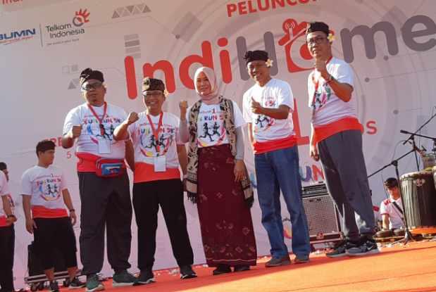 Direktur Consumer Service Telkom Siti Choiriana (tengah) bersama Executive Vice President Telkom Regional III Jawa Barat Pontjo Suharwono (paling kiri), Executive Vice President Telkom Regional IV Jateng & DIY Djatmiko(kedua dari kiri), Executive Vice President Telkom Regional V Jatim, Bali, Nusra Suparwiyanto (kedua dari kanan), dan Executive Vice President Telkom Regional VII KTI Aris Dwi Tjahjanto (paling kanan)