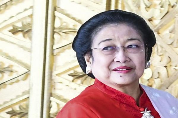 Ketua Umum Partai PDI Perjuangan Megawati Soekarnoputri memasuki ruang pelantikan anggota DPR RI di Kompleks Parlemen, Senayan, Jakarta Selasa (1/10/2019). Sebanyak 575 anggota DPR terpilih dan 136 orang anggota DPD terpilih diambil sumpahnya. - Antara