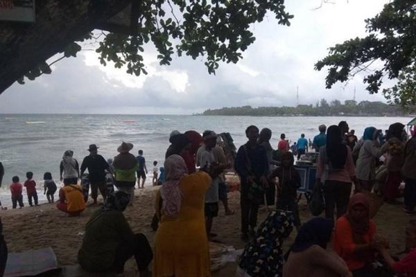 Objek wisata di kawasan Pantai Carita, Pandeglang, Provinsi Banten pascabencana gelombang tsunami tahun 2018 lalu, namun kini mulai ramai dipadati wisatawan untuk mengisi liburan akhir pekan. - Antara