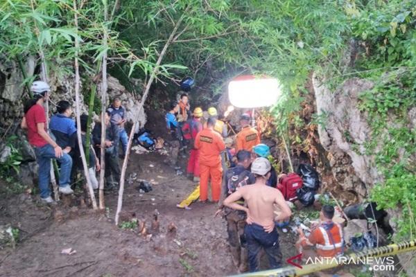 Proses evakuasi mahasiswa yang terjebak dalam Gua Lele, Karawang. - ANTARA/Ali Khumaini)