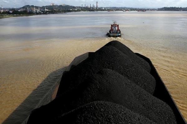Aktivitas bisnis batu bara di Sungai Mahakam Kalimantan Timur - Reuters/Beawiharta
