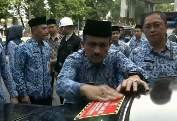 Wali Kota Jakarta Timur M Anwar melakukan penempelan stiker penunggak pajak di halaman Kantor Wali Kota Jakarta Timur, Senin (23/12/2019). - Antara