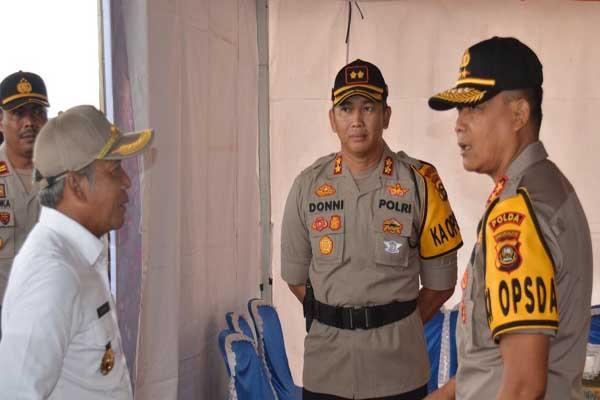 Kapolda Sumsel Irjen Pol Priyo Widyanto (kanan) berbincang dengan Bupati OKI Iskandar saat meninjau tol PalembangKayuagung