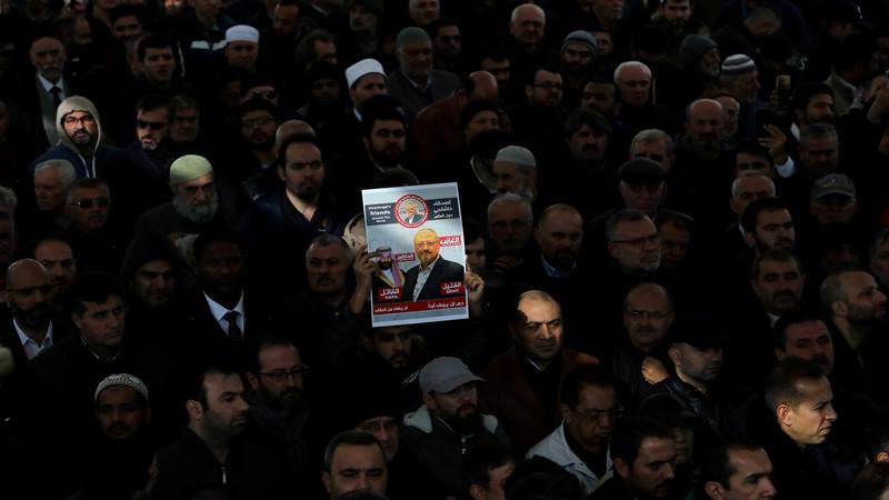 Orang-orang menghadiri doa pemakaman simbolis untuk jurnalis Saudi Jamal Khashoggi di halaman masjid Fatih di Istanbul, Turki 16 November 2018. - Reuters