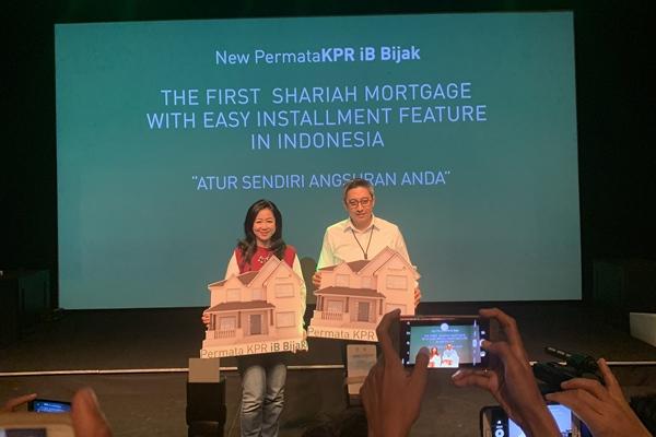 Head of Mortgage Business Bank Permata Maya Dewi dan Direktur Perbankan Syariah Bank Permata Herwin Bustaman di kawasan Senayan, Jakarta, Senin (23/12). - Bisnis/Lalu Rahadian