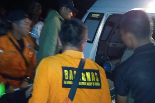 Tim dari Basarnas melakukan evakuasi terhadap korban kecelakaan bus di Pagaralam, Sumatra Selatan, Selasa (24/12/2019) dini hari. - Bisnis