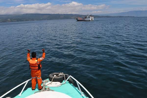 Tim SAR gabungan melakukan proses pencarian korban tenggelamnya KM Sinar Bangun di Danau Toba, Simalungun, Sumatra Utara, Jumat (22/6/2018). - ANTARA/Irsan Mulyadi