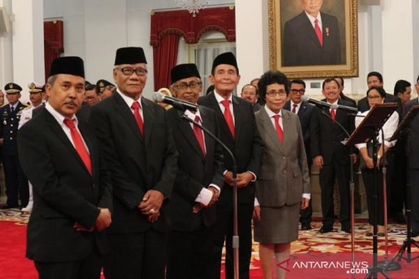 Lima orang anggota Dewan Pengawas KPK 2019-2023 yaitu Syamsuddin Haris, Artidjo Alkostar, Albertina Ho, Harjono dan Tumpak Hatorangan di Istana Negara Jakarta, Jumat (20/12/2019) - Desca Lidya Natalia
