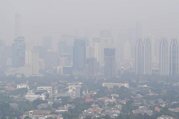 Pemandangan gedung bertingkat yang diselimuti asap polusi di Jakarta, Senin (29/7/2019).  - Antara
