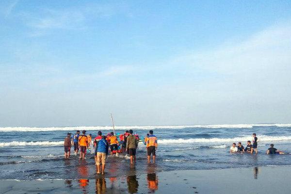 Tim gabungan pencarian dan penyelamatan mengoperasikan kapal motor tempel untuk mencari korban, Selasa (3/7/2018). - Ist/Satlinmas Rescue Istimewa Wilayah 3 Parangtritis