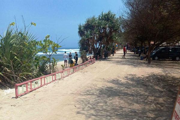 Sejumlah pengunjung bermain di kawasan Pantai Watukodok, Desa Kemadang, Kecamatan Tanjungsari, belum lama ini. - Harian Jogja/David Kurniawan
