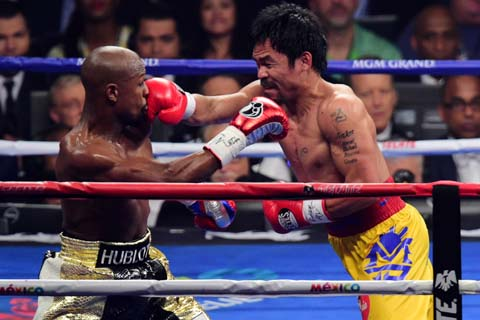 Manny Pacquiao (kanan) lebih banyak memasukkan pukulan kepada Floyd Mayweather, tapi akhirnya petinju Amerika Mayweather yang dinyatakan sebagai pemenang - Reuters