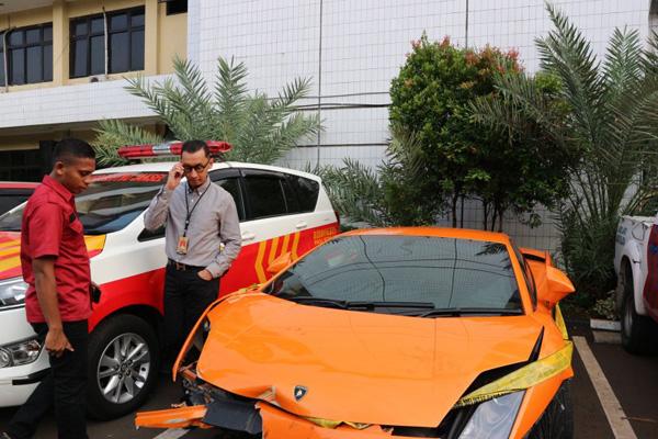 Kasat Reskrim Polres Metro Jakarta Selatan Kompol Andi Sinjaya Ghalib mengecek kondisi mobil mewah Lamborghini milik pelaku penodong pelajar SMA dengan senjata api yang disita dan diamankan di Mapolres Metro Jakarta Selatan, Selasa 24 Desember 2019). - ANTARA/Laily Rahmawaty