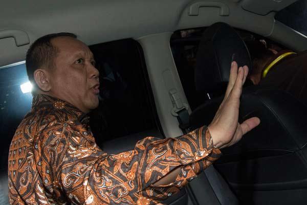 Nurhadi Abdurrachman memasuki mobil usai diperiksa KPK di gedung KPK, Jakarta, Selasa (24/5). Nurhadi diperiksa sekitar 8 jam sebagai saksi untuk tersangka Dody Ariyanto Supeno dalam kasus dugaan suap terkait pengajuan Peninjauan Kembali (PK) di Pengadilan Negeri Jakarta Pusat.  - ANTARA