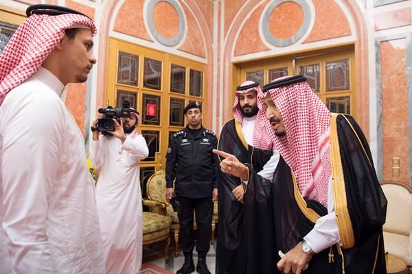 Putra Jamal Khashoggi, Salah Khashoggi (kiri), bertemu dengan Raja Salman bin Abdulaziz Al Saud dari Arab Saudi (kanan) dan Putra Mahkota Arab Saudi Mohammad bin Salman di Riyadh, Arab Saudi, Selasa (23/10/2018). - Reuters