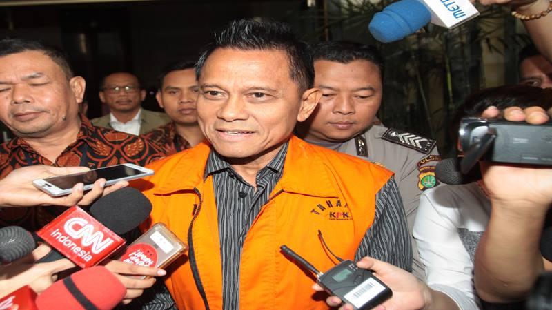 Presiden Komisaris PT Mugi Rekso Abadi (MRA) Soetikno Soedarjo (tengah) dengan baju tahanan meninggalkan gedung KPK di Jakarta, Rabu (7/8/2019). - Antara