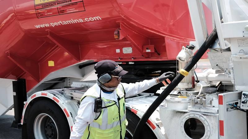 Seorang petugas mengisi bahan bakar avtur ke pesawat. - Istimewa