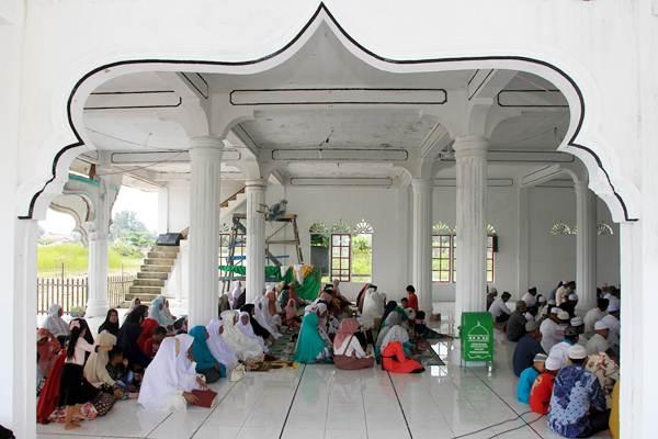 Sejumlah warga berdoa dan berzikir bersama saat memperingati 14 tahun bencana gempa dan tsunami di dalam Masjid Baitil Atiq Desa padang Seurahet, Johan Pahlawan, Aceh Barat, Aceh, Rabu (26/12/2018). - ANTARA/Syifa Yulinnas