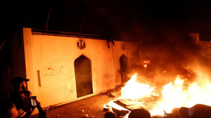 Demonstran melakukan pembakaran di depan konsulat Iran ketika berkumpul selama protes anti-pemerintah yang berlangsung di Najaf, Irak 27 November 2019. - Reuters
