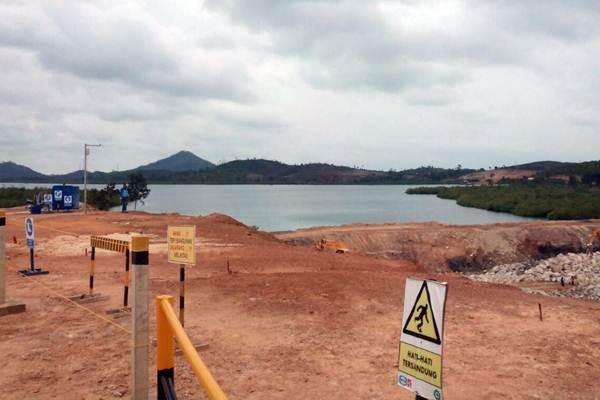 Pekerja mengoperasikan alat berat dan truk untuk meratakan dan memindahkan tanah pada proyek pembangunan Bendungan Sei Gong di Batam, Kepulauan Riau, Jumat (2/3/2018). - JIBI/Zufrizal