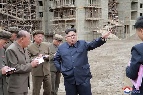 Pemimpin Korea Utara Kim Jong-un berbicara kepada para stafnya saat mengunjungi sebuah proyek pembangunan di Samjiyon, Korea Utara (10/7/2018). - Reuters/KCNA