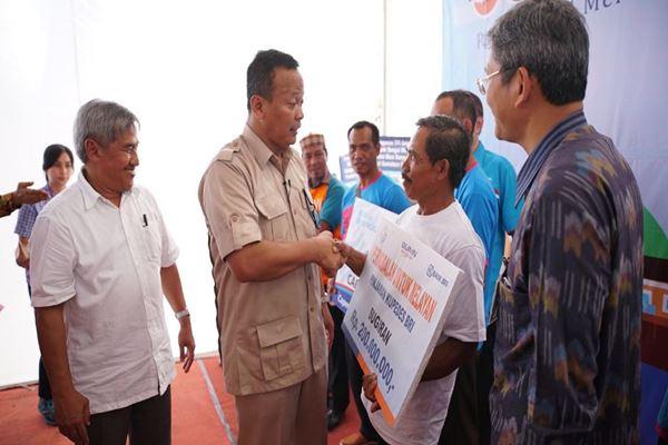 Ketua Komisi IV DPR RI Edhy Prabowo (kedua dari kiri) bersama Direktur Jenderal Perikanan Tangkap Sjarief Widjaja memberikan bantuan permodalan secara simbolis terhadap nelayan di Kabupaten Musi Banyuasin. - Istimewa