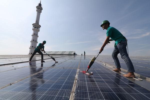 Pekerja merampungkan panel Pembangkit Listrik Tenaga Surya (PLTS) - ANTARA / Prasetia Fauzani