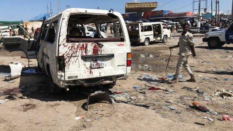 Aparat keamanan menyelidiki tempat kejadian ledakan bom mobil di pos pemeriksaan di Mogadishu, Somalia, Sabtu (28/12/2019). /ANTARA/REUTERS - FEISAL OMAR.