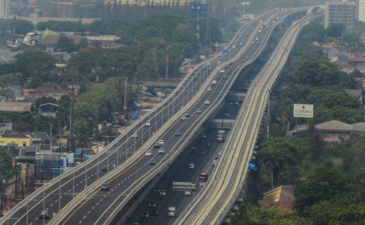 Sejumlah kendaraan melintasi Tol Layang (Elevated) Jakarta-Cikampek II di Bekasi, Jawa Barat, Minggu (15/12/2019). Tol Layang ini memiliki panjang 36,4 km dari Cikunir-Karawang Timur. -  ANTARA /Fakhri Hermansyah