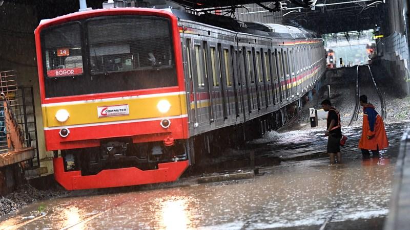 Salah satu rangkaian KRL Commuterline melintas perlahan pada jalur rel yang terendam banjir di Stasiun KA Sudirman, Menteng, Jakarta, Rabu (1/1/2020).  - ANTARA /Aditya Pradana Putra