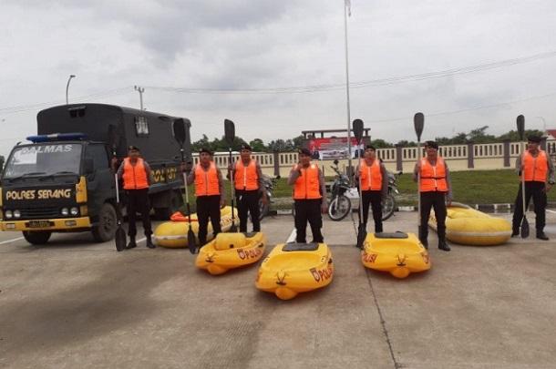 Polda Banten menurunkan sekitar 500 personel dari berbagai satuan untuk membantu korban banjir bandang di Kabupaten Lebak. - Antara
