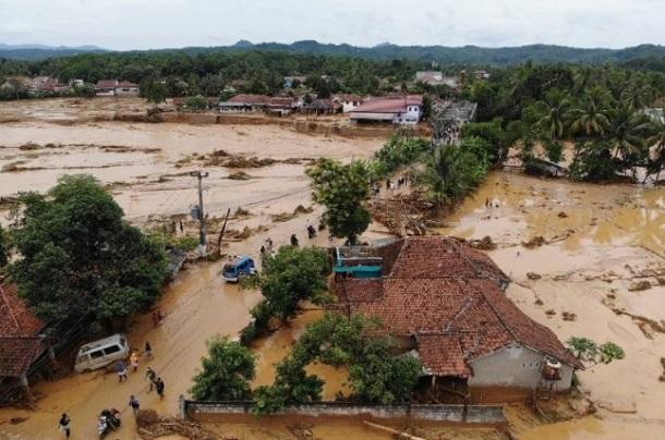 Banjir melanda permukiman di Kecamatan Cipanas Kabupaten Lebak,Banten akibat meluapnya aliran Sungai Ciberang. - Antara