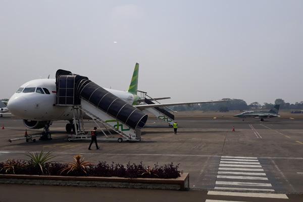 Pesawat tempur melintasi taxiway Bandara Halim Perdanakusuma pada Rabu 2 Oktober 2019. - Bisnis/Rezha Hadyan