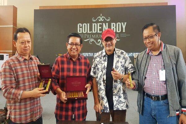Dari kiri-kanan, Direktur Operasional PTPN X Aris Toharisman, Direktur Utama PTPN X Dwi Satriyo Annurogo, musisi jazz Idang Rasjidi, dan Direktur Komersil PTPN X Slamet Djumantoro saat peluncuran produk cerutu premium Golden Boy di Surabaya, Kamis (2/1/2020). - Bisnis/Peni Widarti