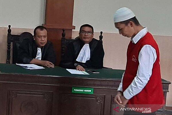 Deni Priyanto alias Goparin (37) kanan berdiri mendengarkan vonis majelis hakim.