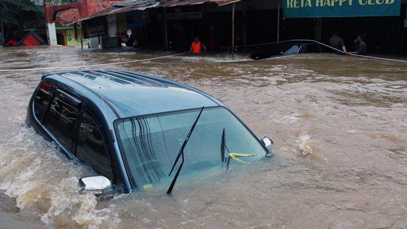 Mobil terendam banjir di perumahan Ciledug Indah 1, Tangerang, Banten, Rabu (1/1/2020). - Antara/Muhammad Iqbal