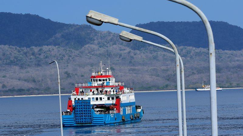 Kapal penyeberangan beroperasi di Selat Bali terlihat dari Pelabuhan Ketapang, Banyuwangi, Jawa Timur, Selasa(24/12/2019). - ANTARA / Budi Candra Setya