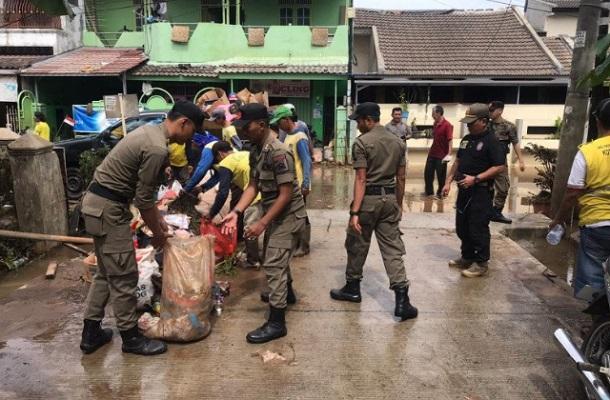 Satpol PP Tangerang siaga di lokasi banjir. - Antara